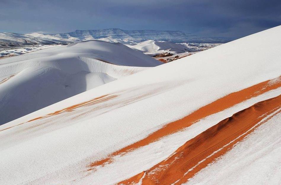 Les dunes du Sahara transformées en pentes enneigées (photos)