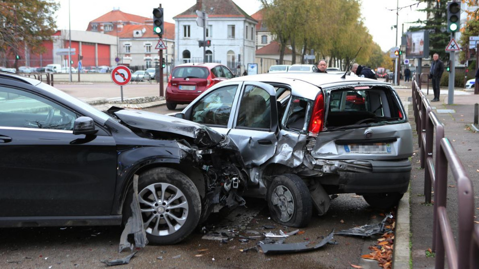Choc entre 3 véhicules à Troyes. - CHAMPAGNE FM