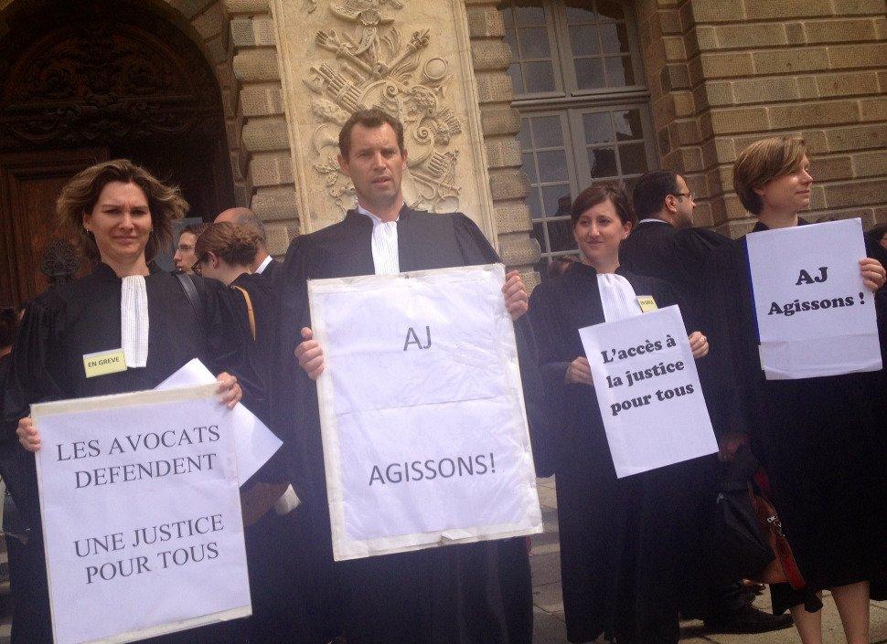 Rassemblement des avocats, magistrats et greffiers devant le palais de justice — Pau