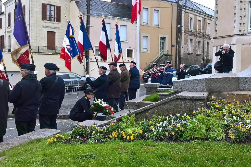 Marie Mauffret-Vallade déposant la gerbe devant le monument aux morts