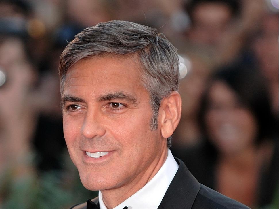 Que fait George Clooney lorsqu'il prend l'avion avec ses jumeaux ?