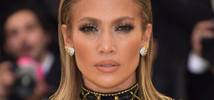 f726fae2bc8 Jennifer Lopez fête son anniversaire dans robe transparente ultra ...