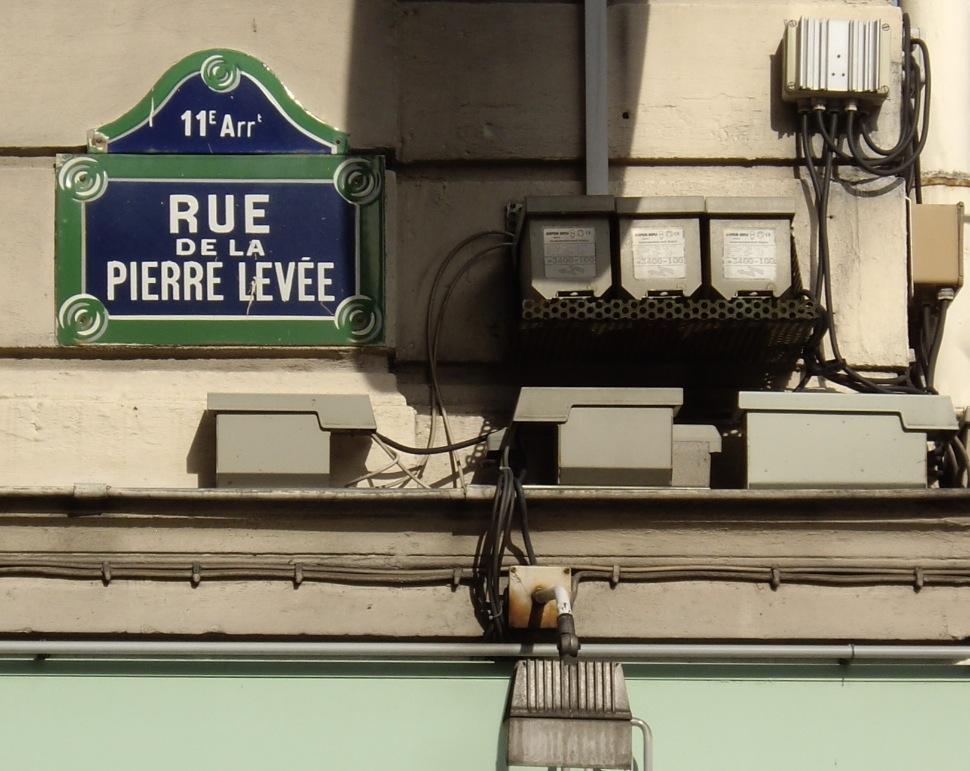 Elle offre l'hospitalité à un homme qui la poignarde — Paris