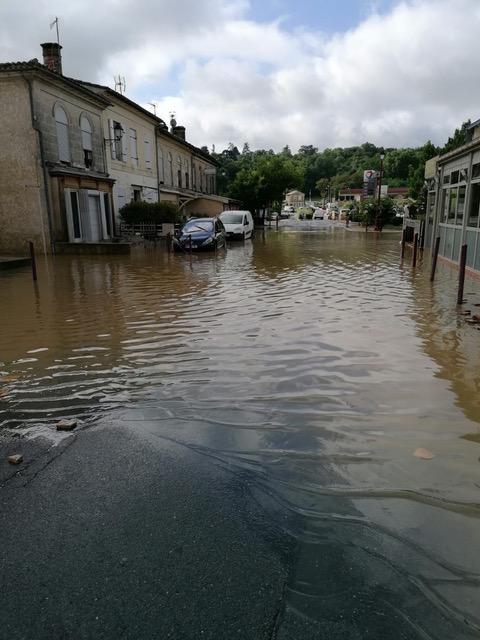 Une rue inondée à Latresne